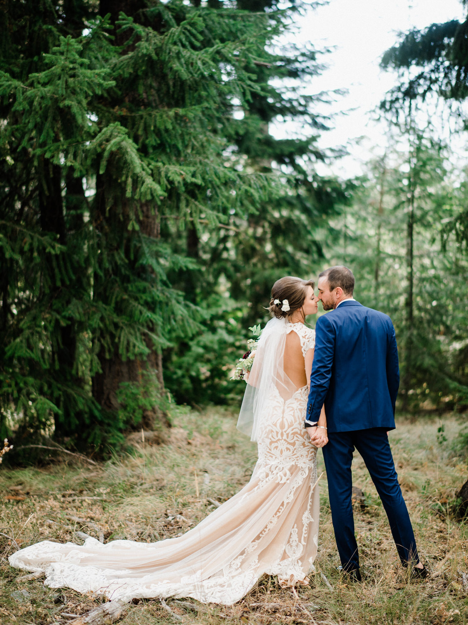 286-bright-coral-wedding-with-sinclair-and-moore-at-suncadia-resort.jpg