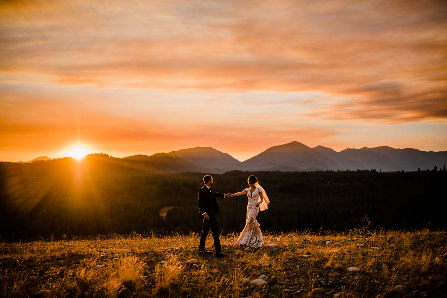 298-bright-coral-wedding-with-sinclair-and-moore-at-suncadia-resort.jpg