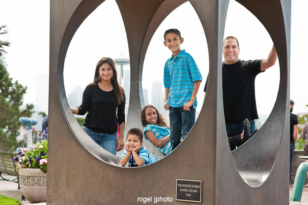 seattle-family-photos-kerry-park-sculpture.jpg