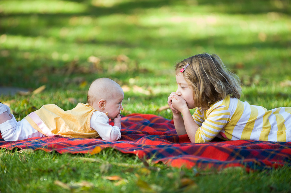 little-girl-with-baby-sister-seattle-childrens-photography-2.jpg