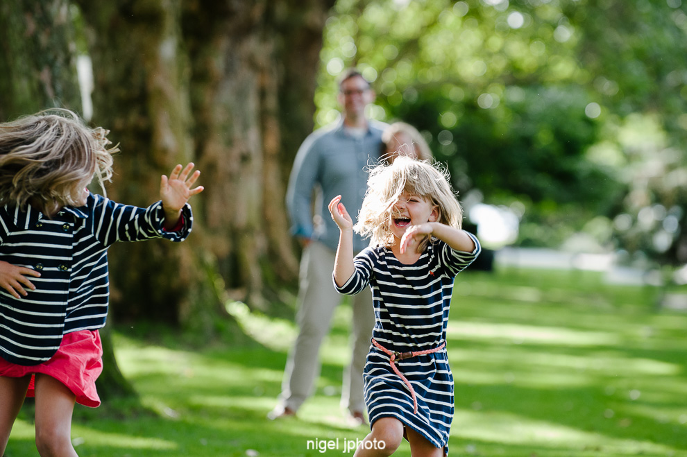 family-photos-seattle-eastside-playing-with-parents.jpg
