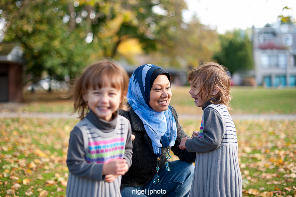 young-mother-with-idential-twins-daughters-fall-seattle-family-portrait-greenlake-2.jpg