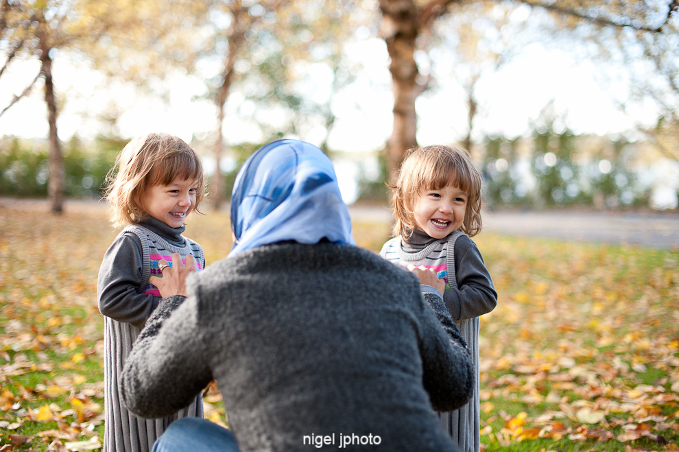 young-mother-with-idential-twins-daughters-fall-seattle-family-portrait-greenlake-3.jpg