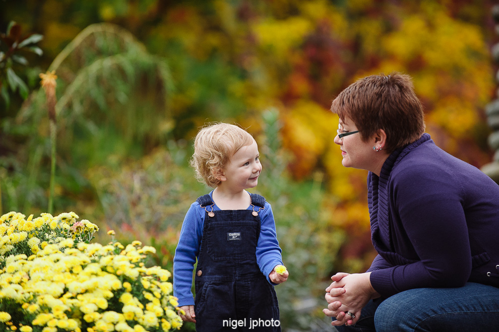 little-girl-look-at-mom-fall-colors-seattle-eastide-photography.jpg