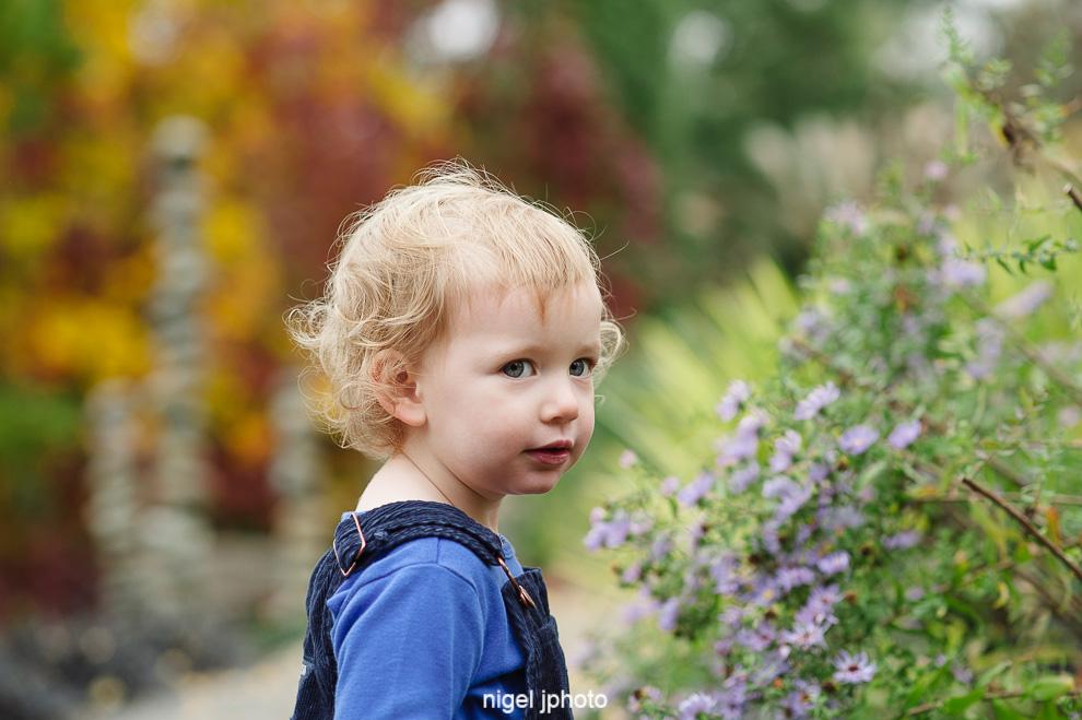 little-girl-flowers-portrait-bellevue-botanical-gardens-seattle-eastide-photography.jpg