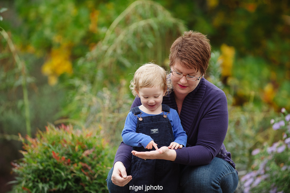 little-girl-and-mother-fall-colors-seattle-eastide-photography.jpg