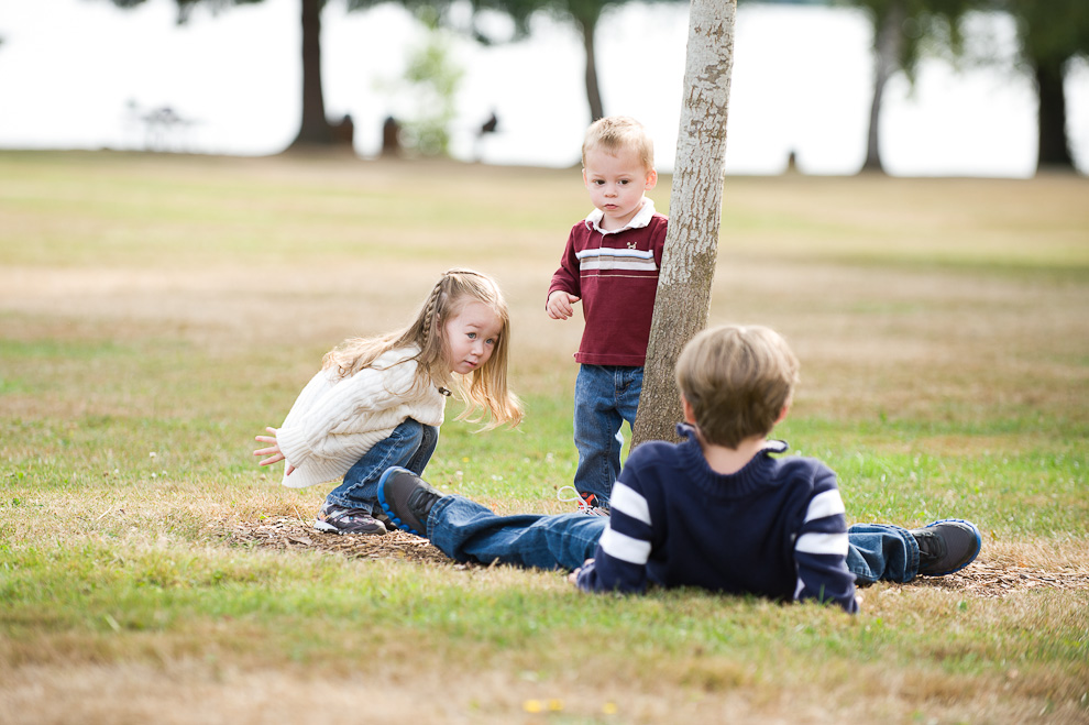 brothers-and-sister-playing-seattle-eastside-family-photography-2.jpg