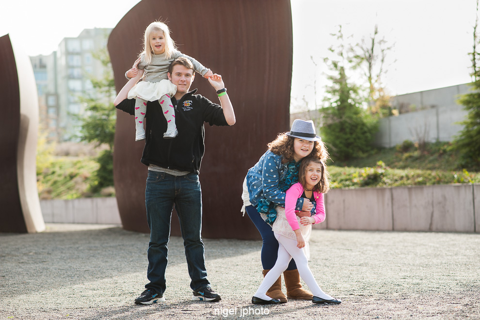 cousins-olympic-sculpture-park-seattle-family-photos.jpg