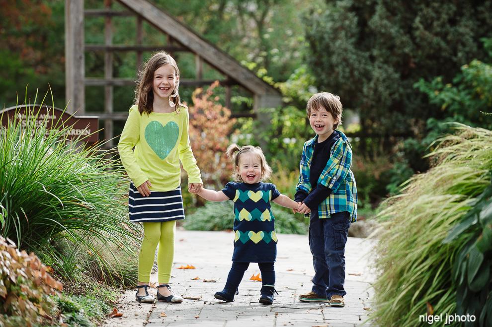 three-kids-seattle-family-photogrpahy-holding-hands.jpg