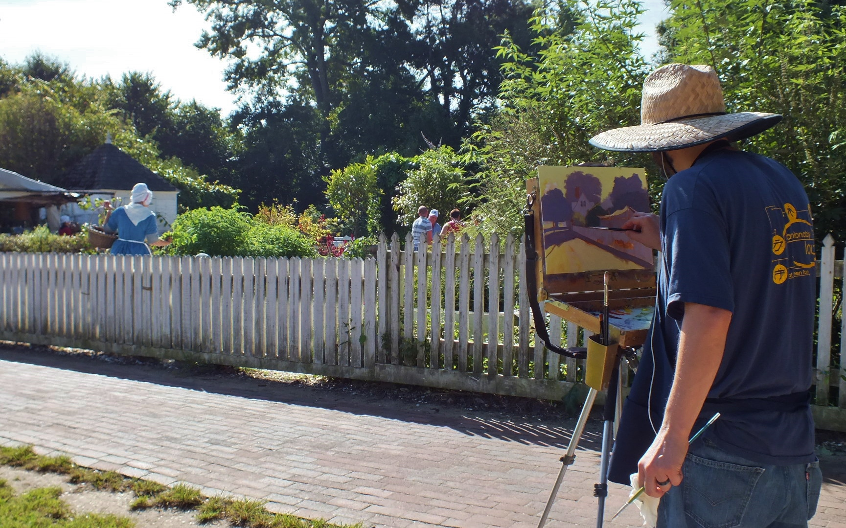 Doug Clarke paints a scene on Duke of Gloucester Street across from Bruton Parish Church (Hannah S. Ostroff/WYDaily)