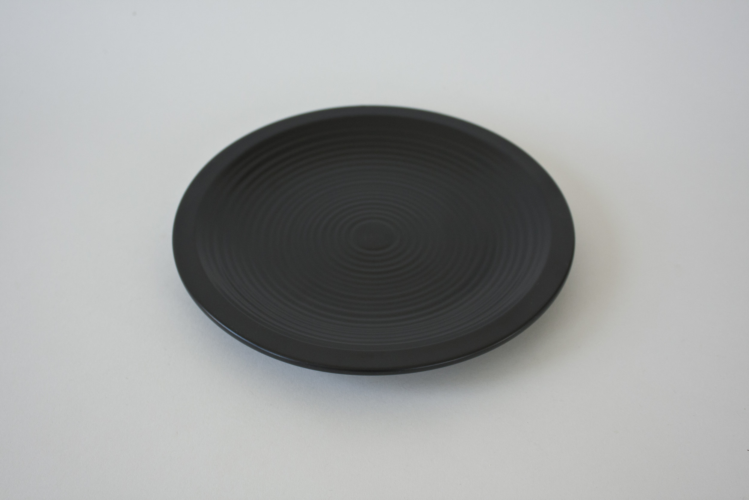 "251. black ribbed plate | 8.75"""