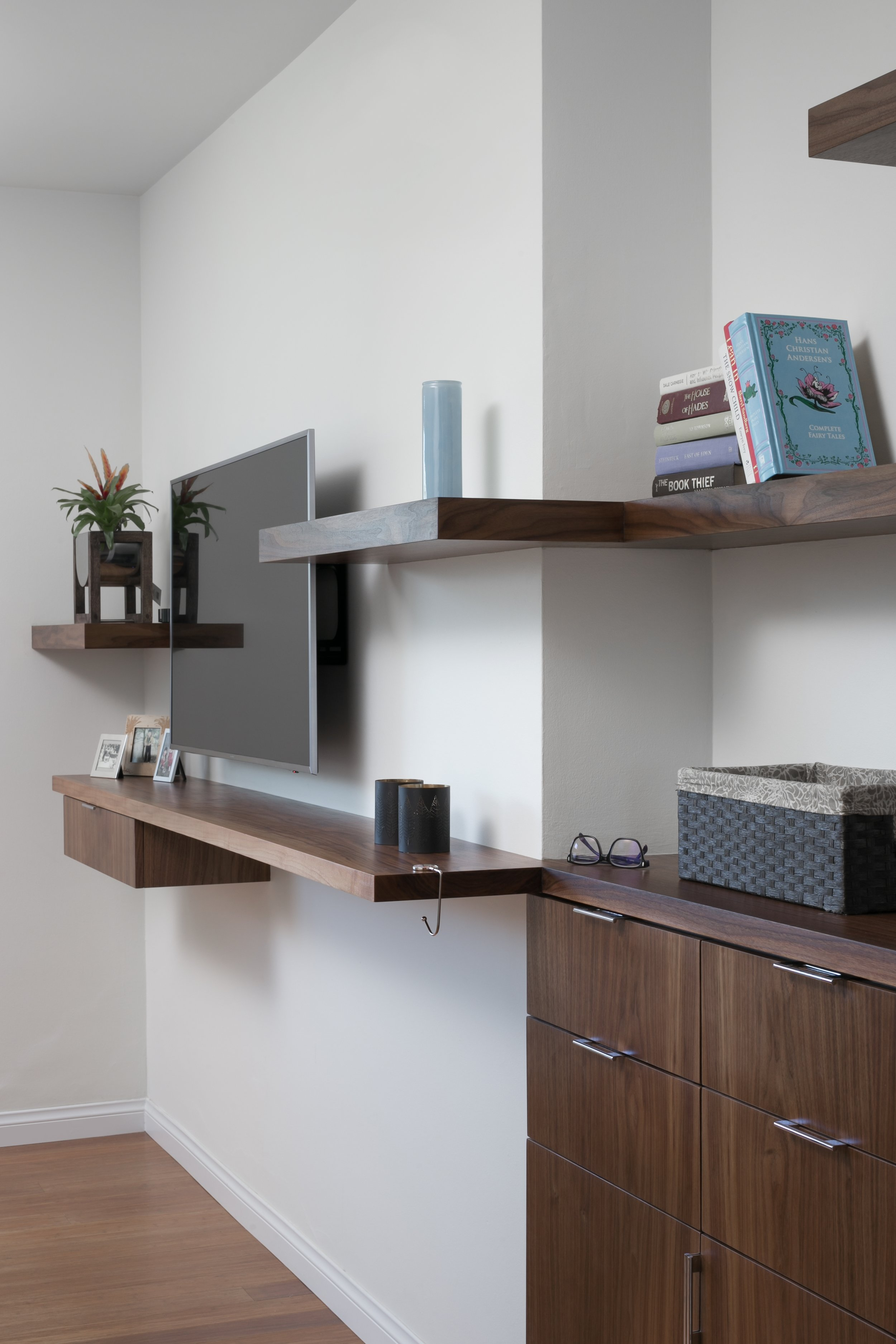 Walnut cabinet and floating shelves: a modern and minimalist approach