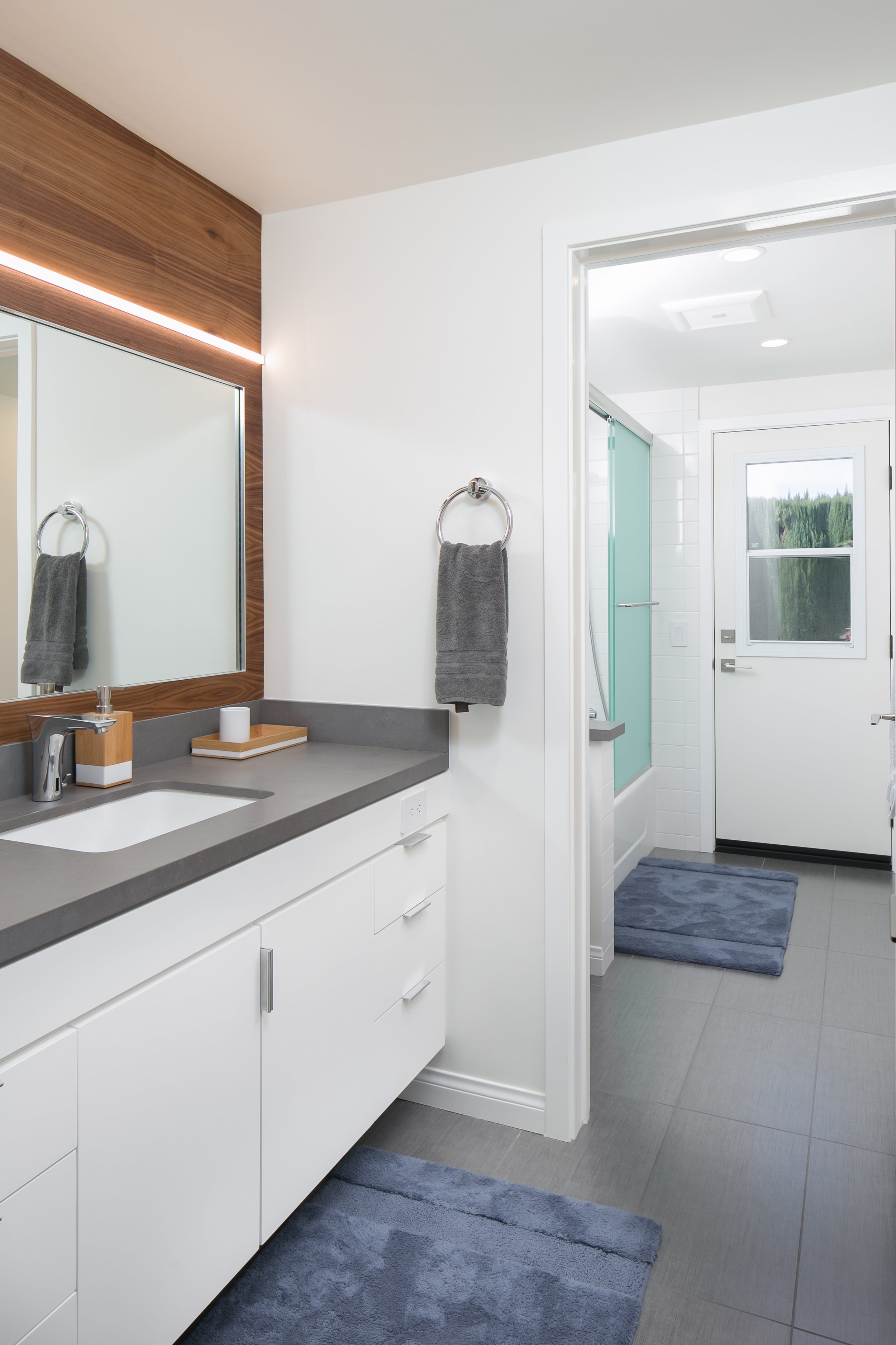 Poolside bathroom: modern, bright and functional