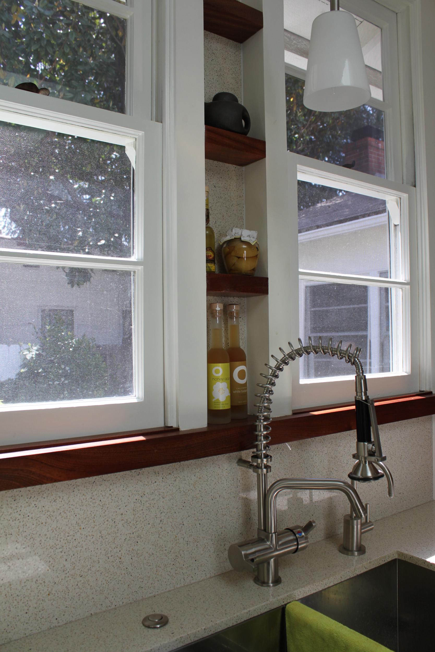 Shelving between kitchen sink windows: simple, functional and elegant