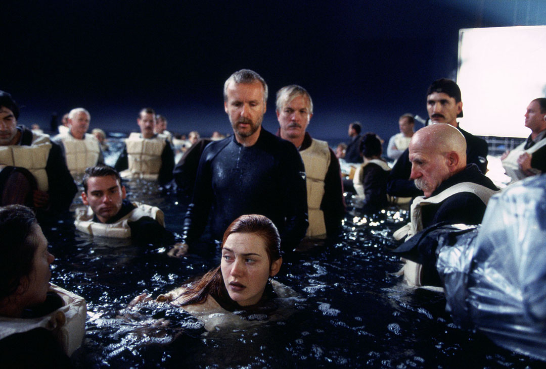 kate-winslet-middle-front-with-James-cameron-TITANIC-set.jpg