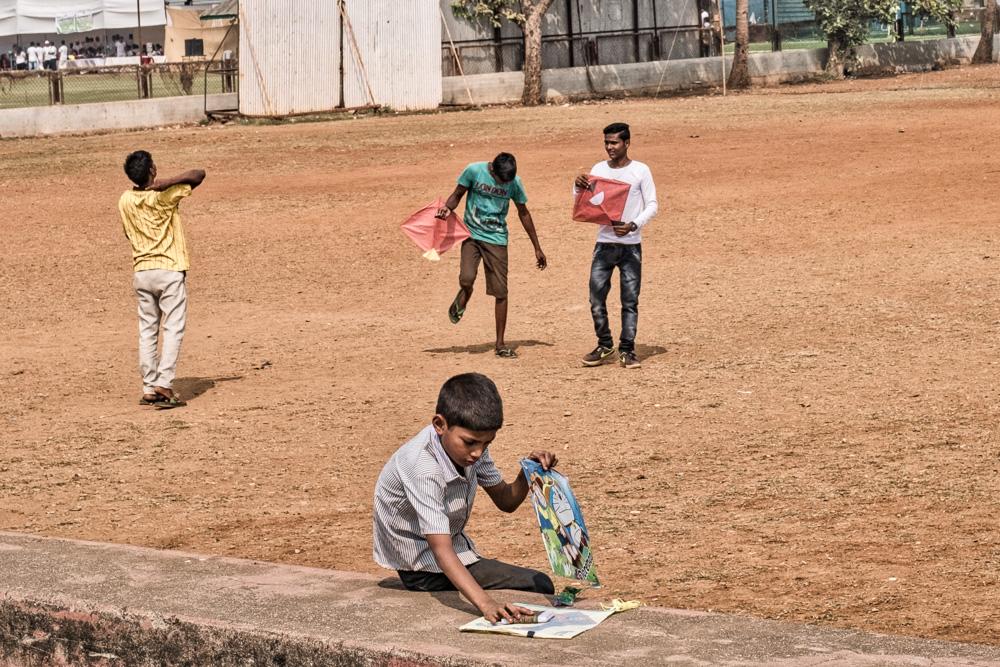 201701141335DSCF1028-Edit-Flaneur  -Mumbai - kite - flying - street photography.jpg