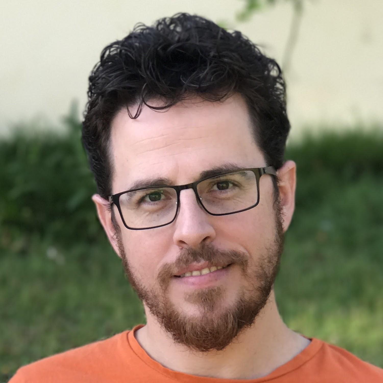 עומר ניניו - העורך הראשי של גיקסטר, מומחה אפל במשרה מלאה ביום ופודקאסטר במשרה ללא תמורה בלילה.