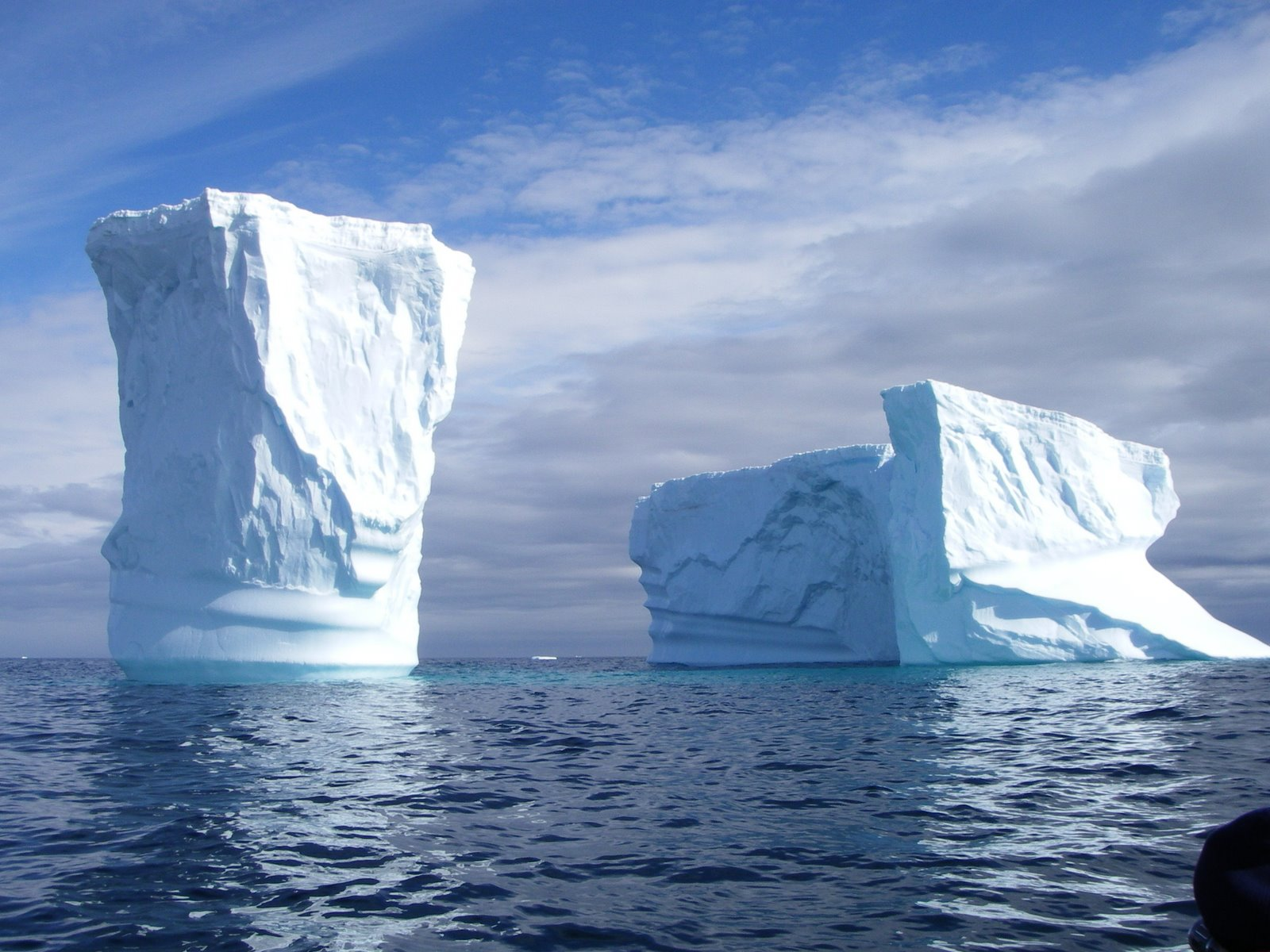 Antarctica_Islands_icebergs.jpg