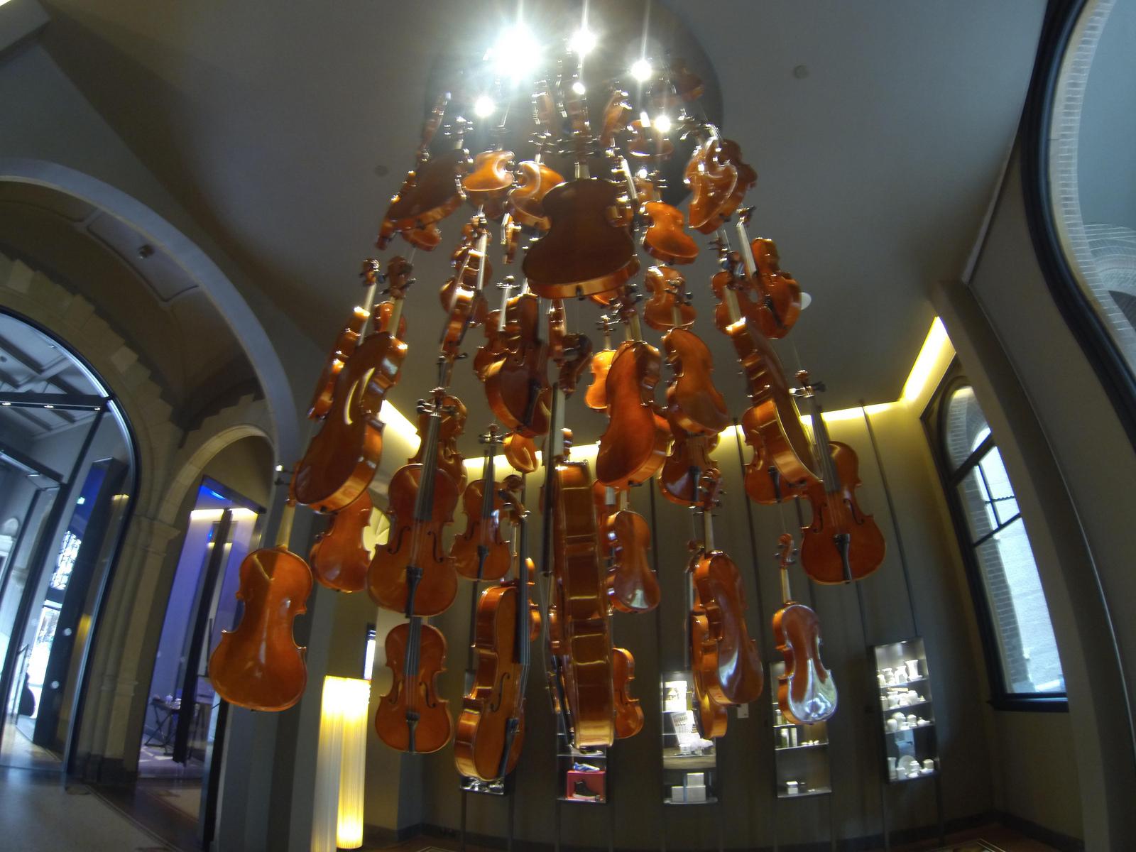 conservatorium-hotel-amsterdam-violin-chandelier-reception-table-peonies.jpg