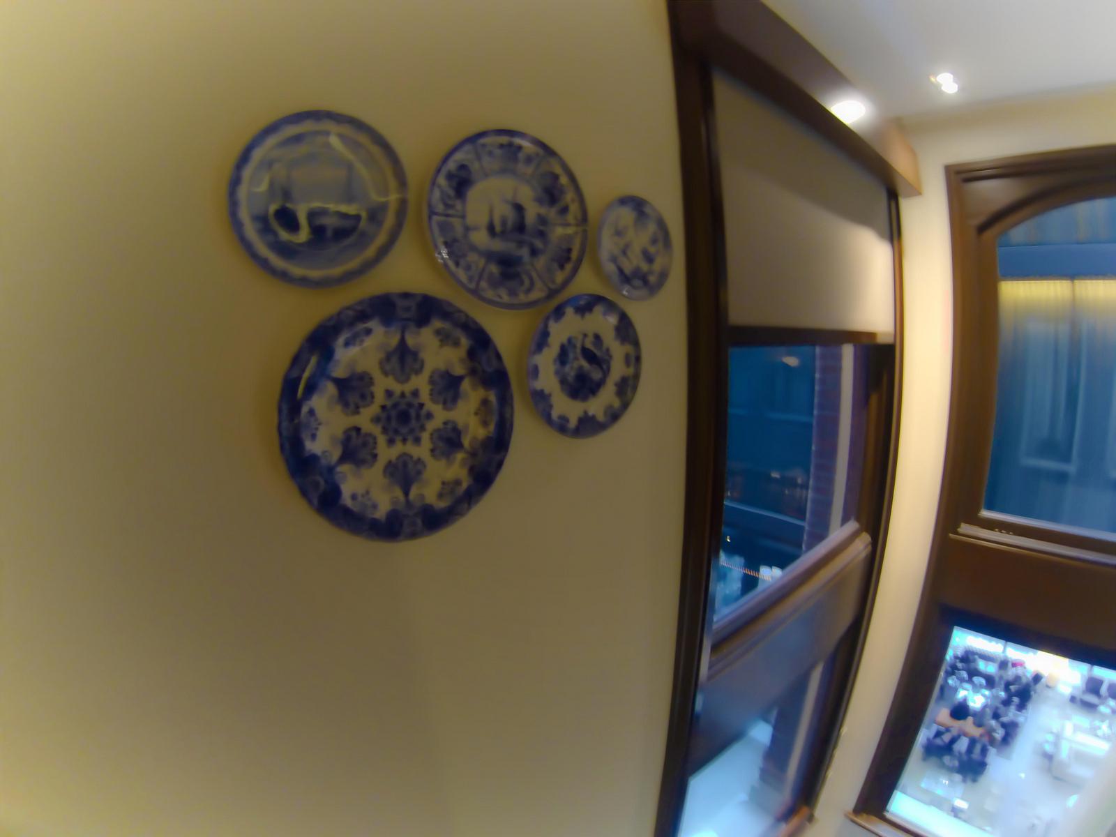 conservatorium-hotel-amsterdam-bedroom-wall-Dutch-Delft-plate-collection.jpg