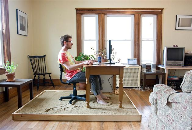 The funniest home office setup we've ever seen: this artist feels like he's always on the beach!