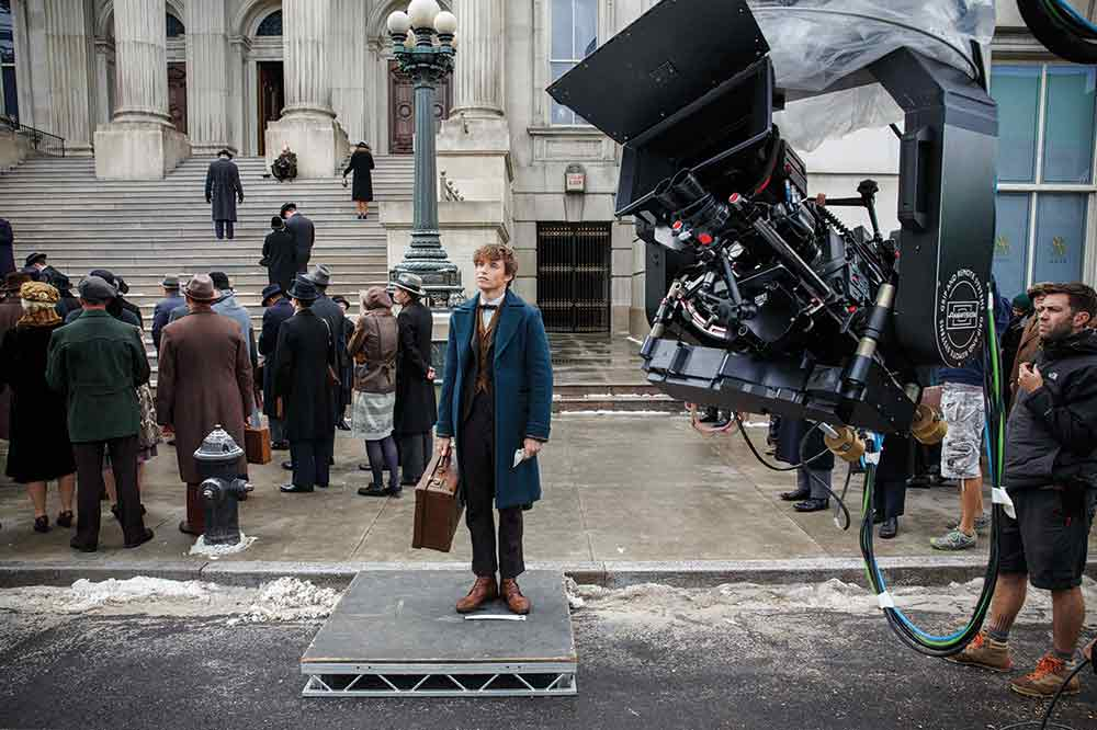 Newt Scamander (Eddie Redmayne) arrives in New York with his fantastic beasts.