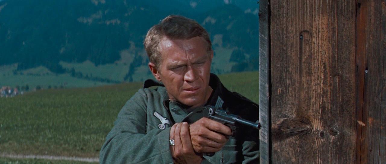 Steve McQueen på rømmen fra nazistene i filmen  The Great Escape  fra 1963, i hånden har han en Luger. MGM.