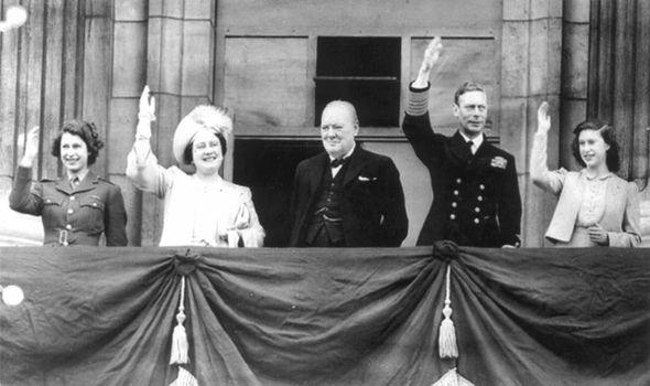 F.v: Dagens dronning Elisabeth, dronningmoren, Churchill, kong Georg VI og prinsesse Margaret