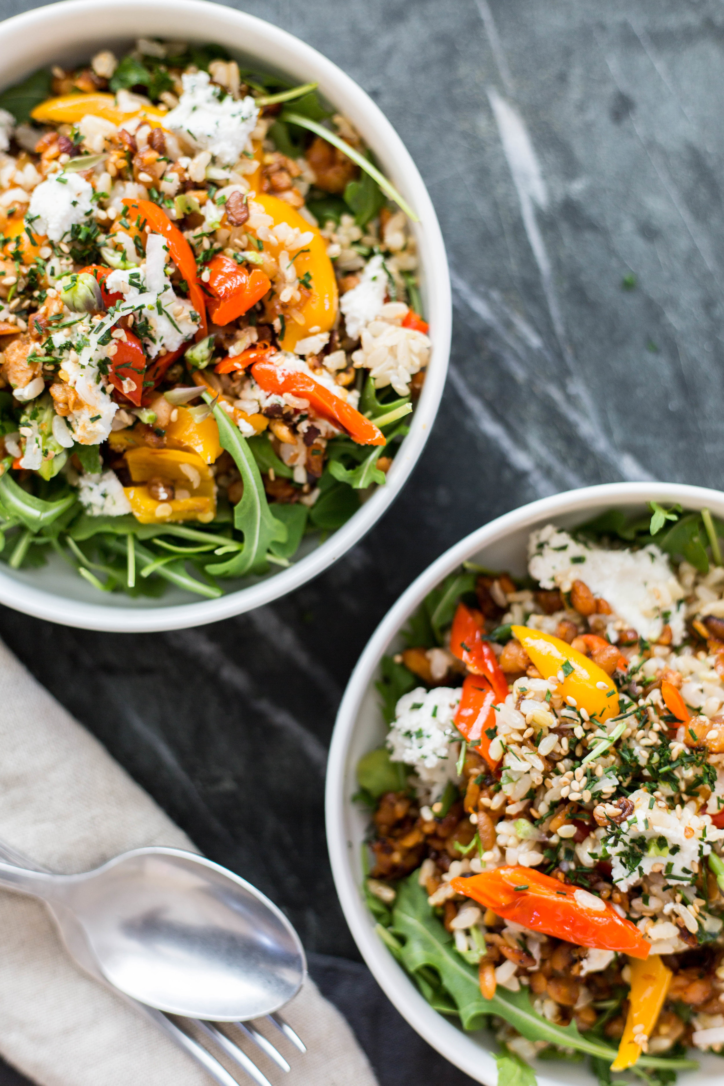 Recipe: Crumbled Tempeh Salad with arugula rice topped with herbed vegan ricotta cheese | #plantbased #glutenfree #puremamas | @JuliNovotny