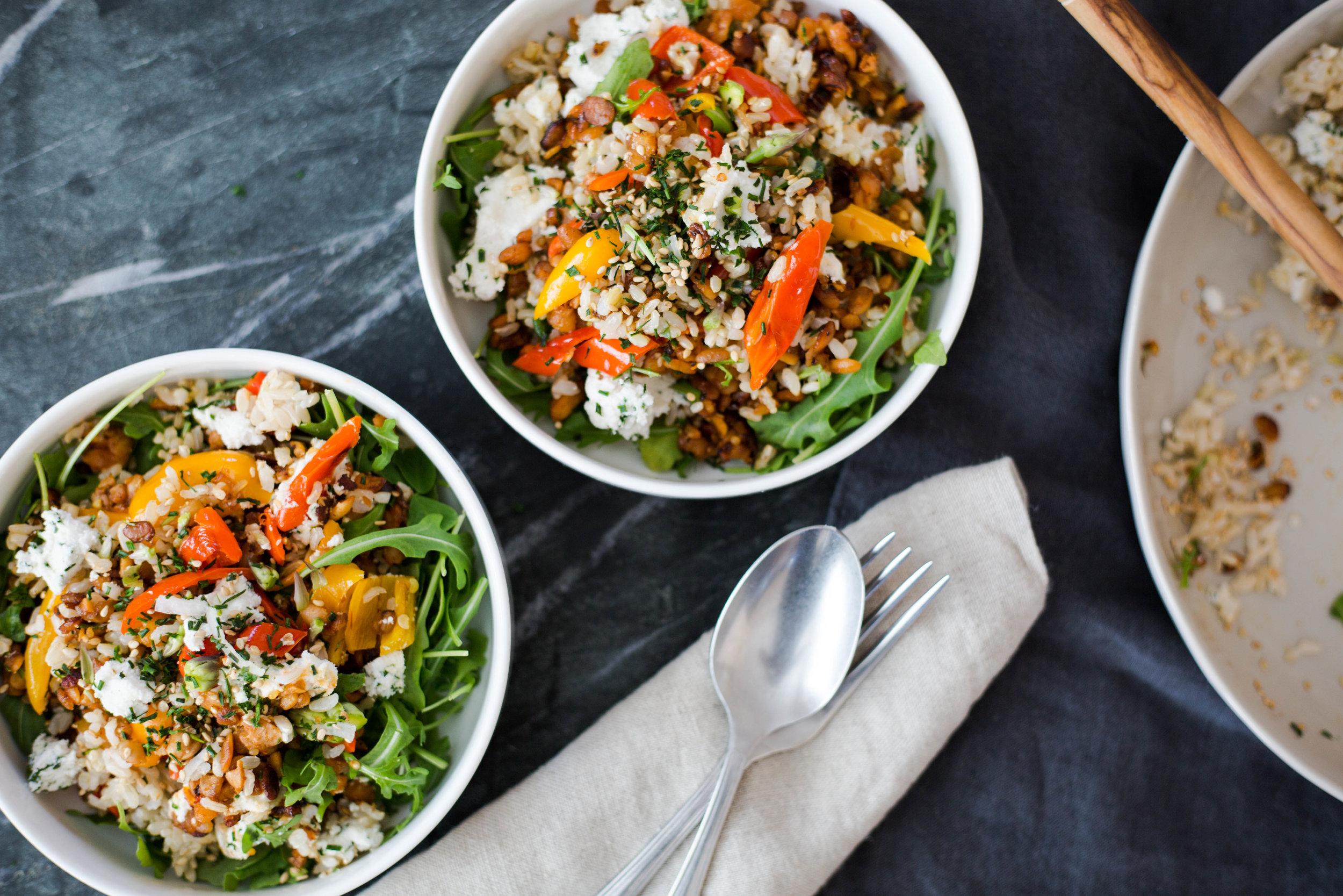 Crumbled Tempeh Salad with herbed vegan ricotta cheese | #plantbased #glutenfree #puremamas | @JuliNovotny