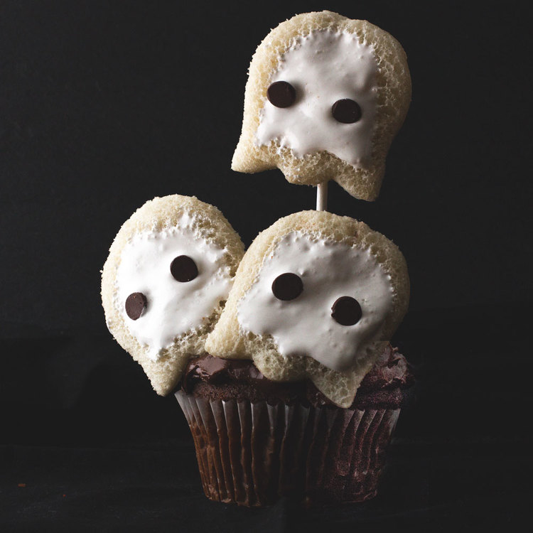 Halloween-Cupcake-Ghosts.jpg