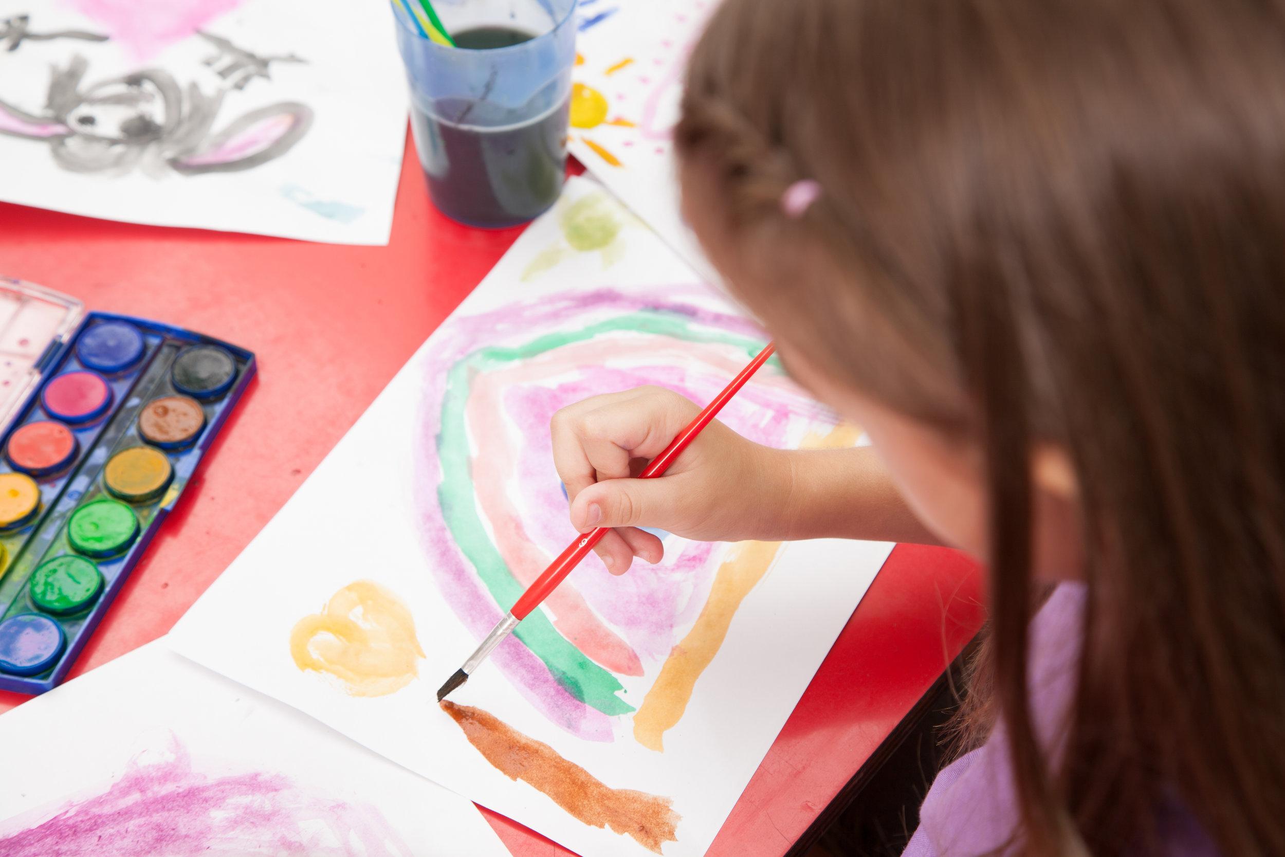art-class-in-kindergarten_Bjl3VrnCUx.jpg