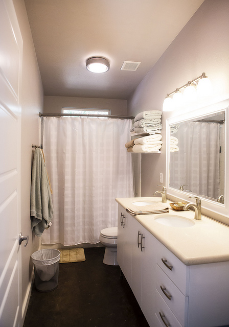 the kids/guest bathroom. so light & airy!