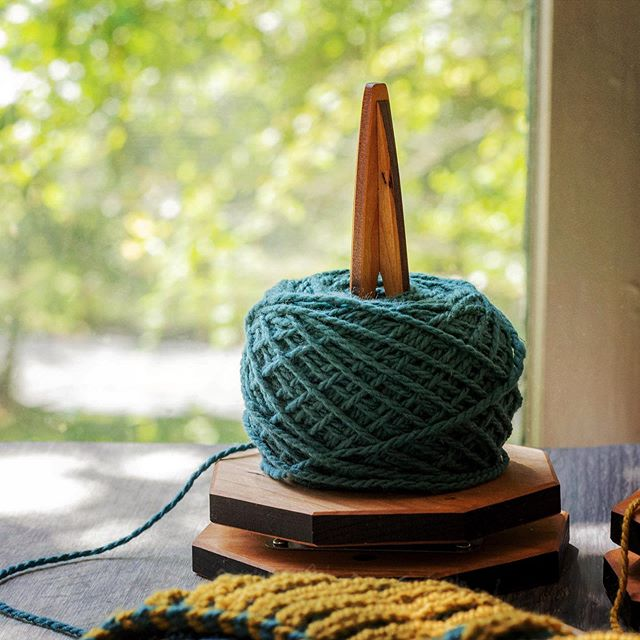 The Geometric Yarn Spinner - delightfully angular and remarkably useful. The newest addition to my yarn spinner collection. Which is your favorite? Round, Flower, or Geometric? - #knittingtools #knitstagram #knittersofinstagram #fallknitting