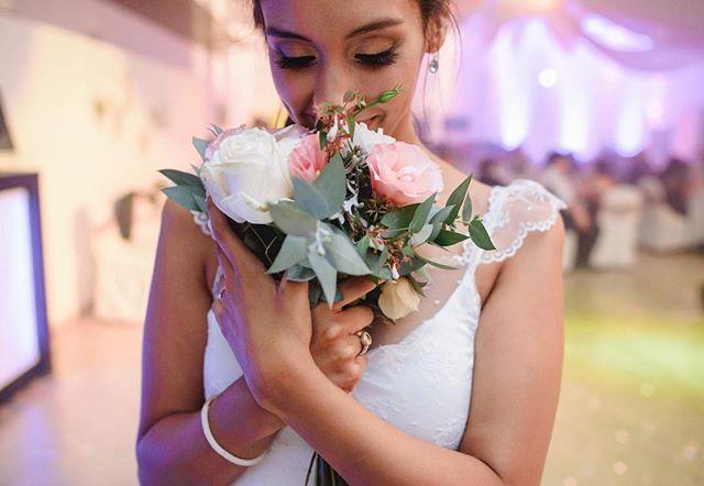 @natiloresilva super enamorada de su ramo de @milmagnolias sintiendo pena por tener que tirarlo jaja 😊🤣❤️ un pequeño adelanto de la boda de ayer (atentos a la foto que comparto mañana que fue sacada 5:20am) . . Boda organizada por @pollaanto / vestido de @vicenzadisegno / y peinado de @peinadoscoo . . . . . . . #bodas #bodas2018 #bodasdiferentes #bodasoriginales #bodasconencanto #weddingseason #weddings
