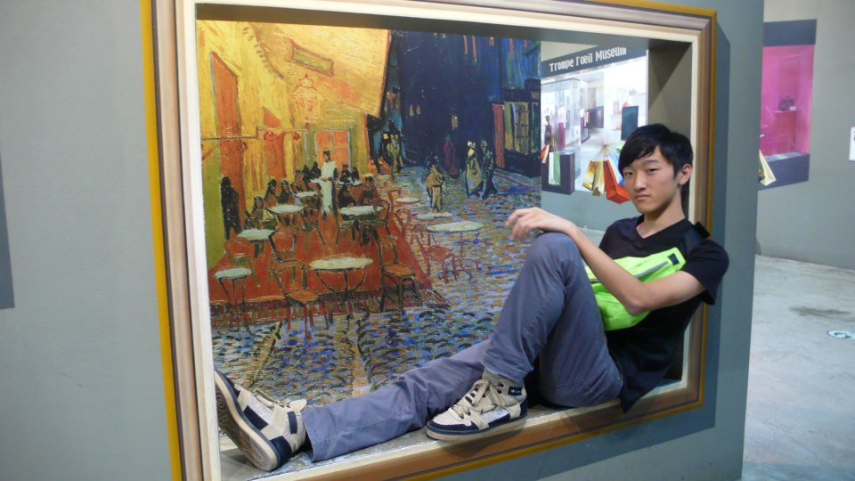 Photographer: Chunyin Jonathan Chan ©Tom sitting in the window overlooking a sidewalk café.
