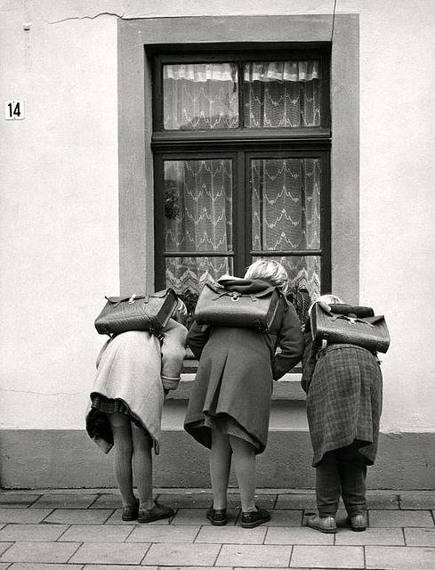 Meisjes met schooltassen / Girls witch satchels  Nationaal Archief / Spaarnestad Photo / W.P.W. van de Hoef, SFA003001968  via Flickr.com The Commons
