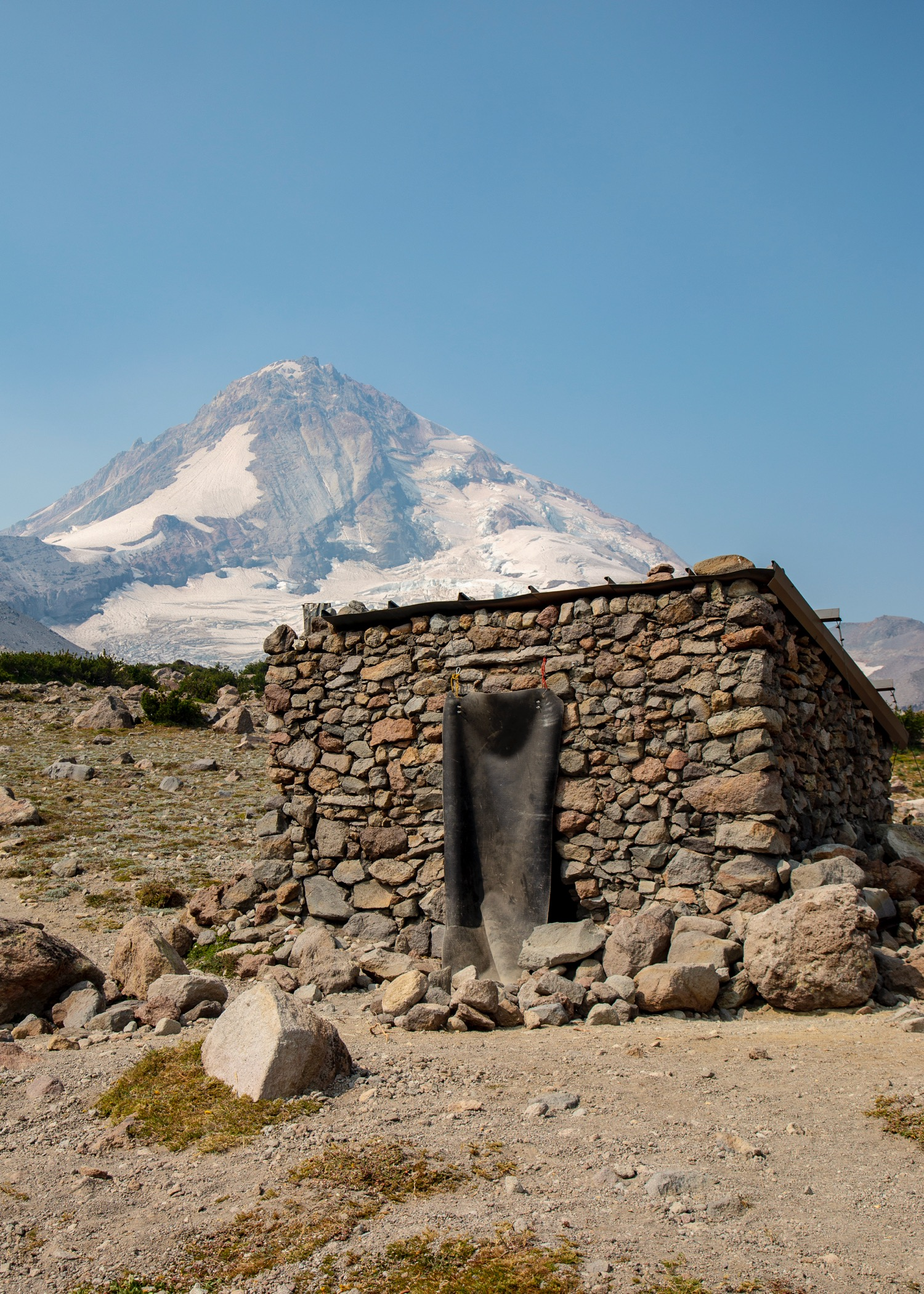 The old mountaineering hut on the trail.