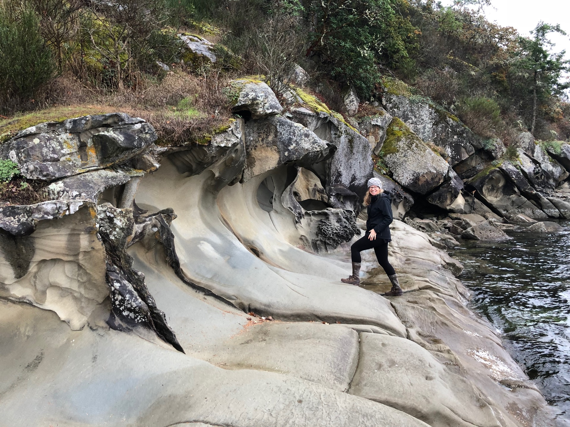 At the end of one of the roads near our place, there is a sandstone cave structure that the waves have carved. It's very cool.