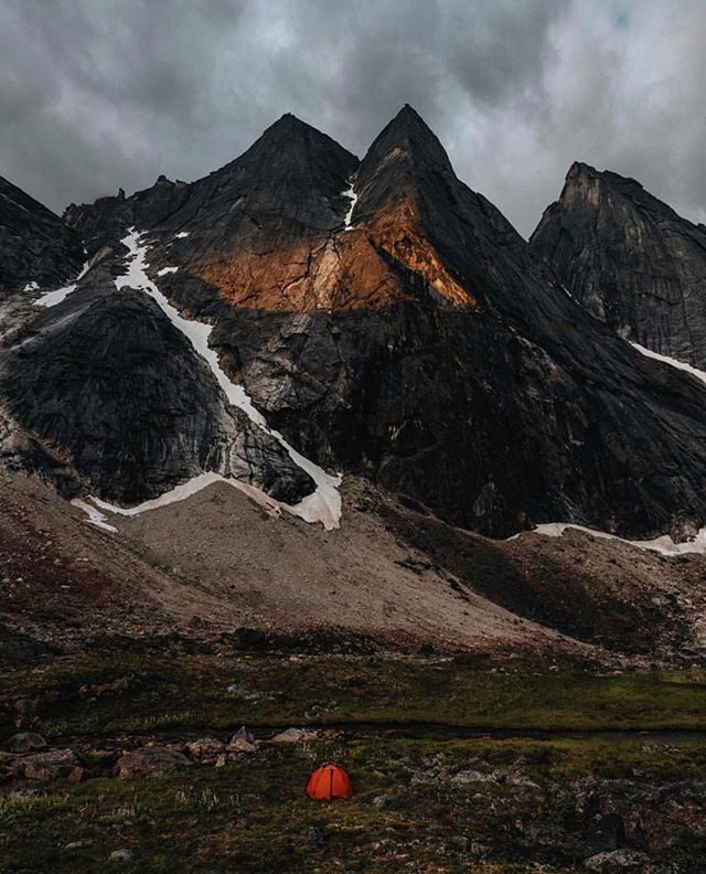 Weekend mindset; far from people, close to mountains. Epic Alaskan camp setup by @helbertruiz #getoutdoors #upknorth