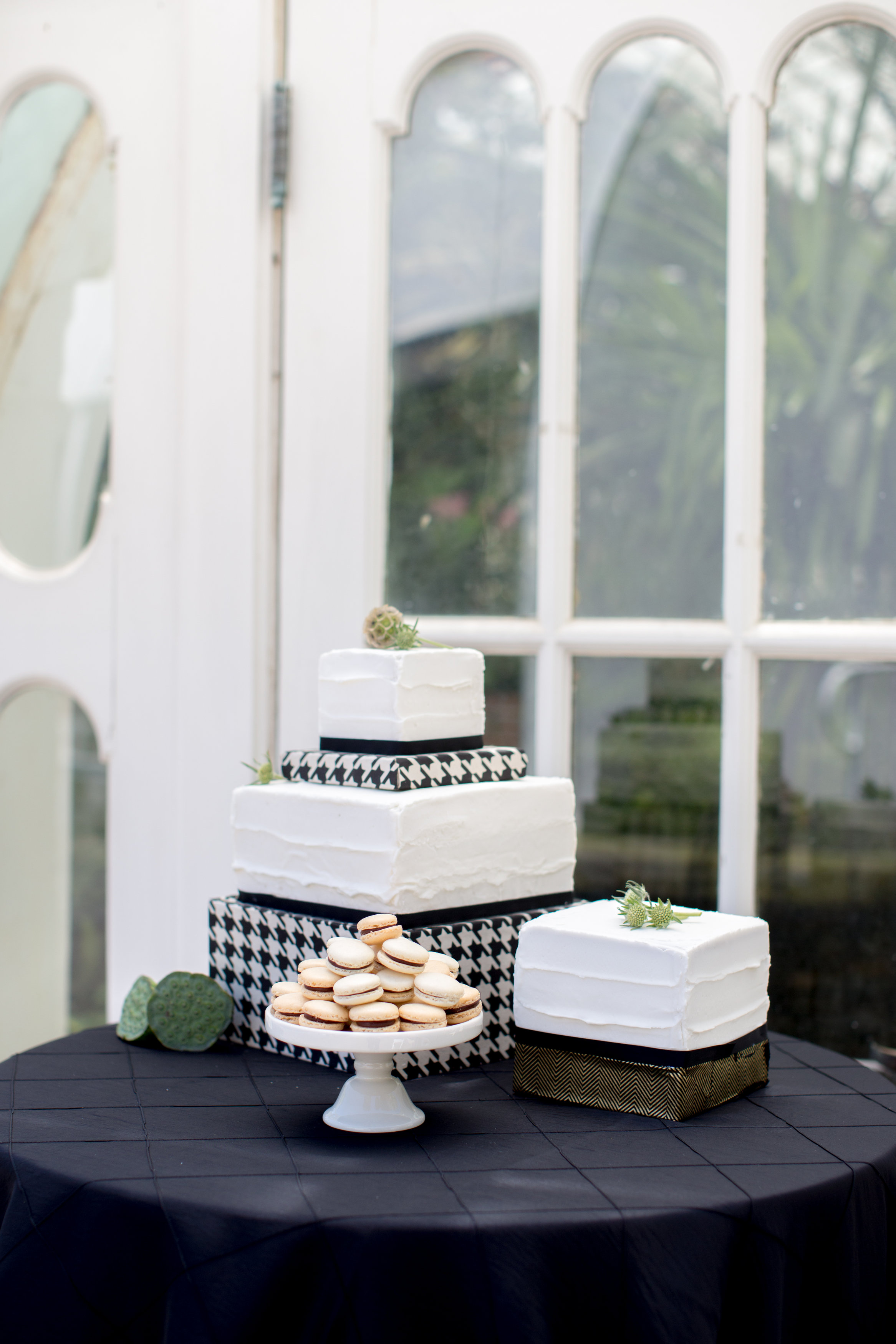 JennaBethPhotography-Conservatory-locally-grown-weddings-cake-flowers-black-white.jpg