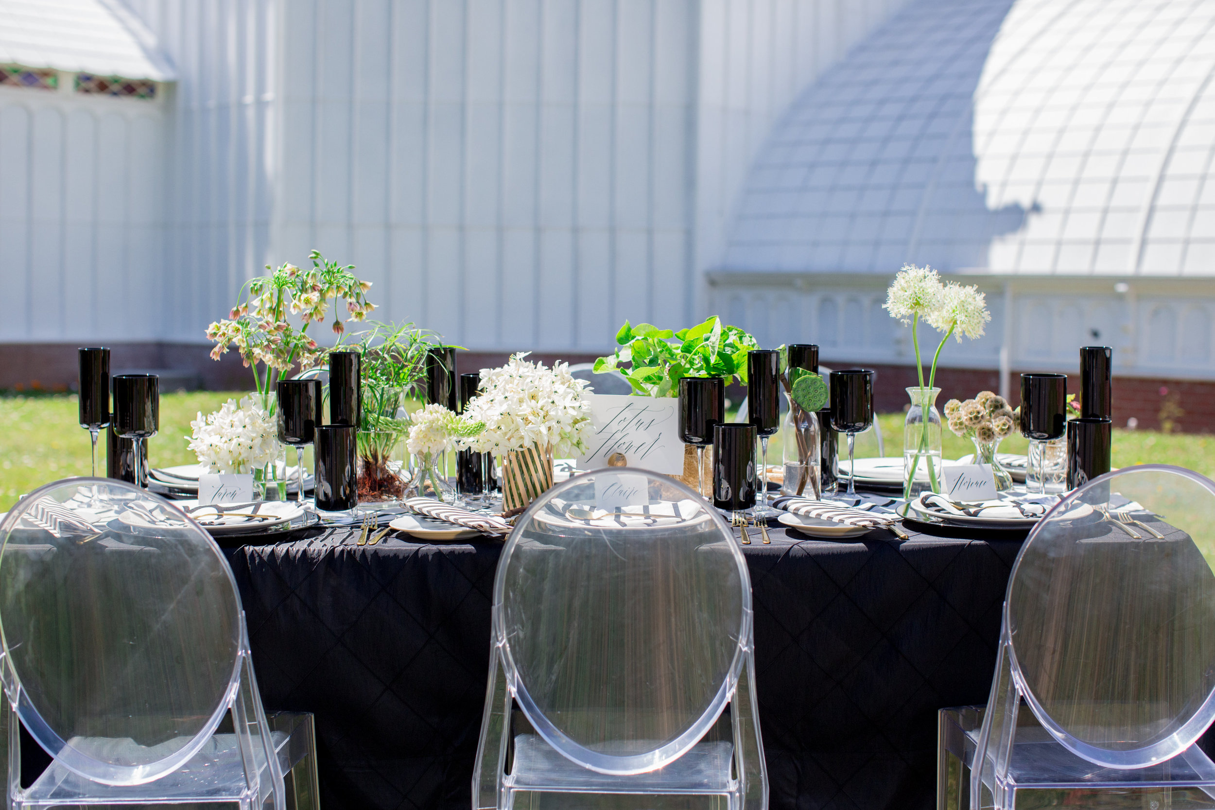 JennaBethPhotography-LGWConservatory-black-white-green-gold-modern-table-wedding.jpg