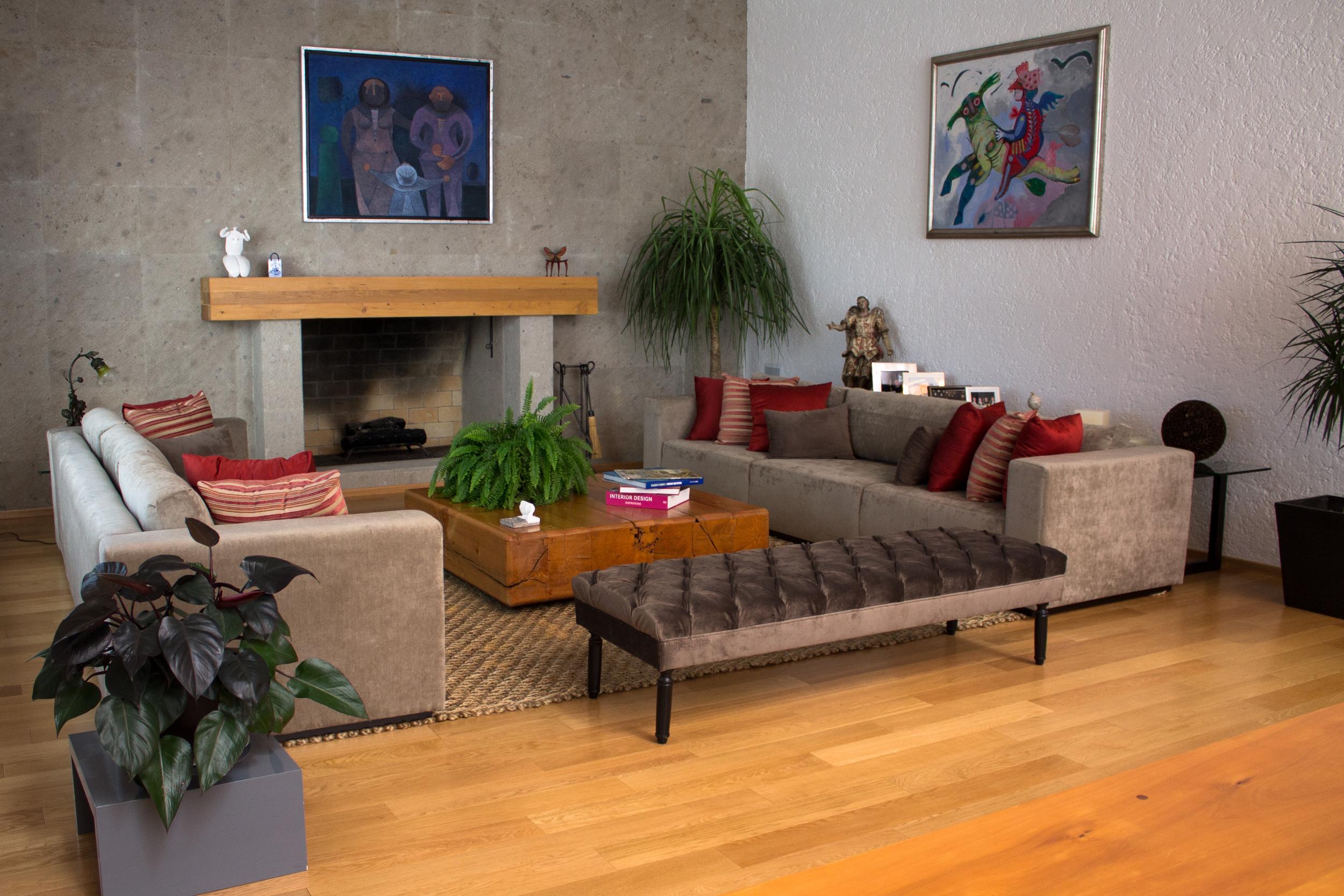 UNA CASA EN EL CAMPO - Para este proyecto, diseñamos muebles lineales y contemporáneos, con uno que otro clásico para romper con el estilo y así complementar la casa que, con techos de doble altura, acabados como cedro y cantera y el campo de golf al fondo, hace que no te quieras ir nunca.