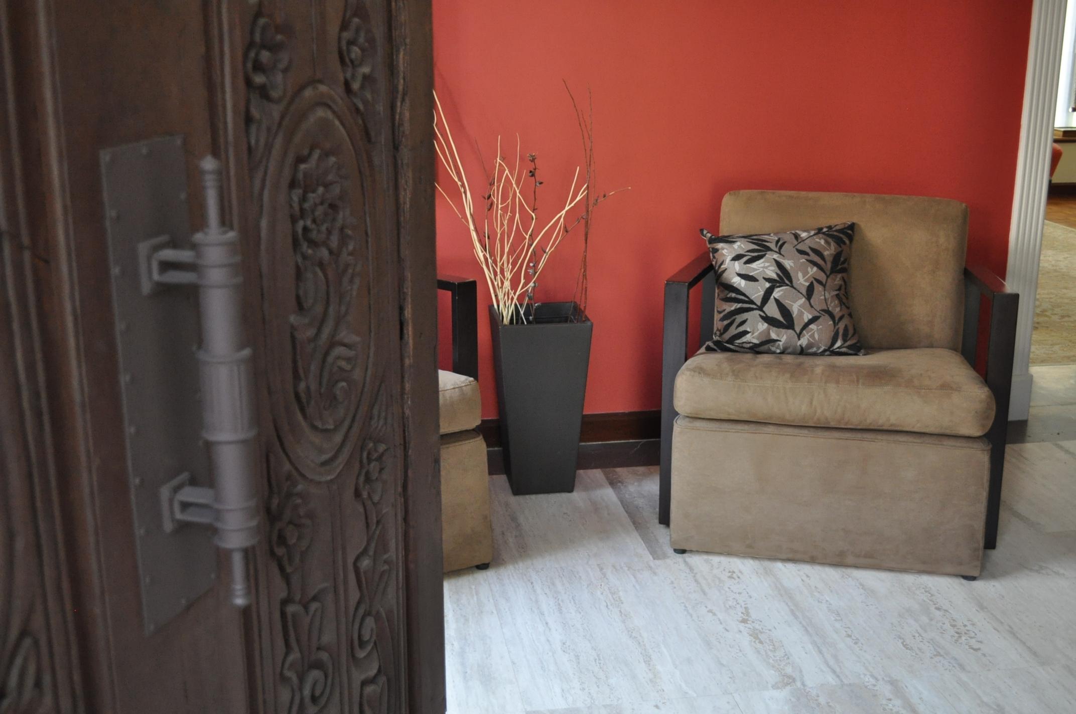 CLÁSICO CON UN GIRO CONTEMPORÁNEO - Para remodelar esta casa estilo Californiano de más de 40 años, buscamos contrastar lo clásico de la arquitectura con elementos contemporáneos en mobiliario, accesorios y acabados.