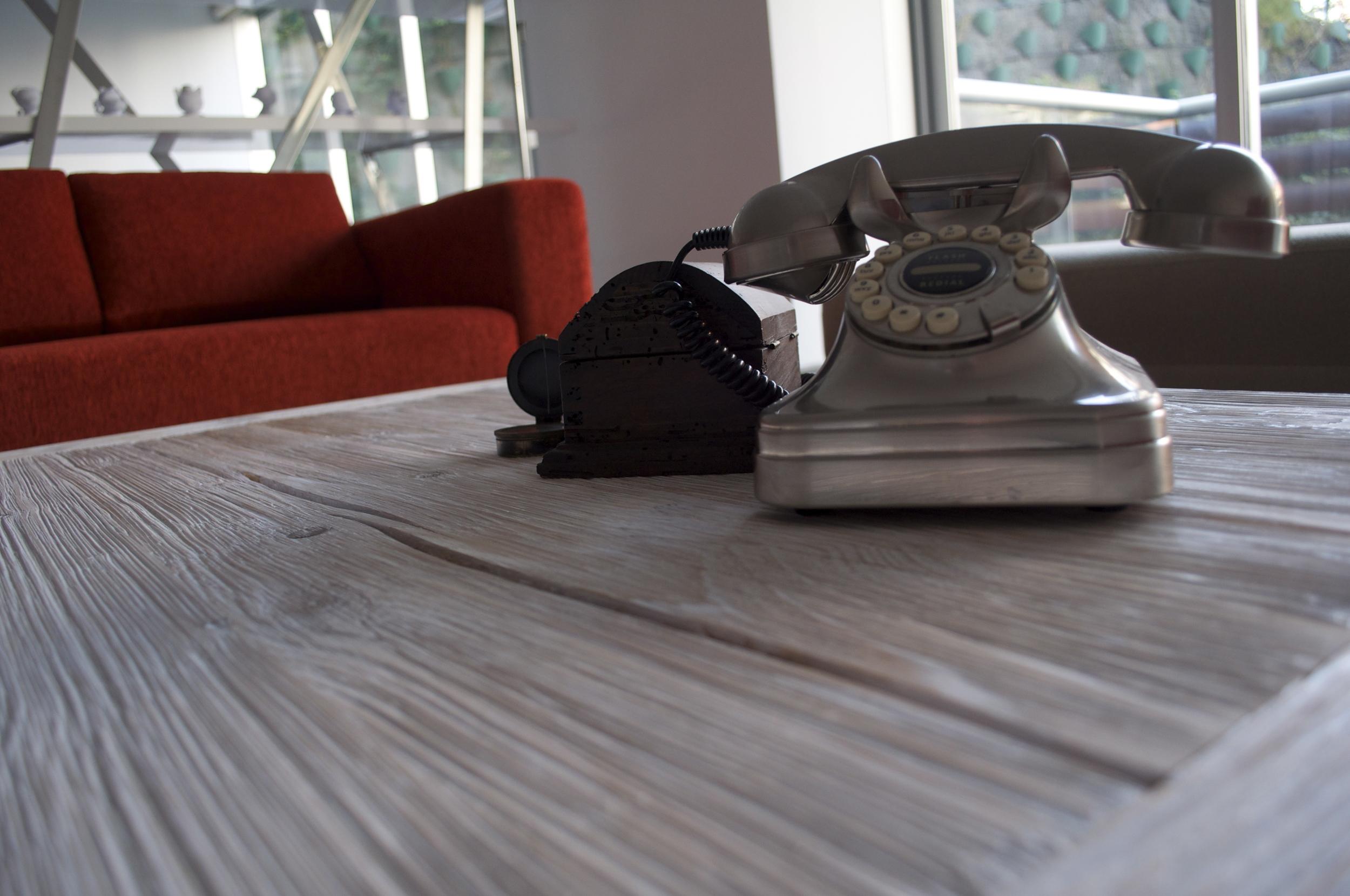 UN FRÍO MUY CÁLIDO - Los acabados que elegimos para el interiorismo de este departamento son considerados fríos (mármol, granito..) es por eso que el mobiliario fue la clave para lograr calidez en los espacios. Utilizamos materiales, texturas y colores que hacen que las áreas se sientan más cozy. Incluimos algunos accesorios decorativos antiguos lo que hace que sea un proyecto moderno y hogareño.