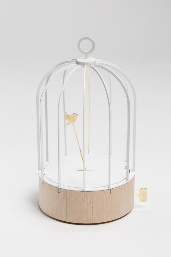 Bird cage Clock, 2013. Aluminium thermolaqué, laiton poli et bouleau massif. Crédits : Sandra Pointet.