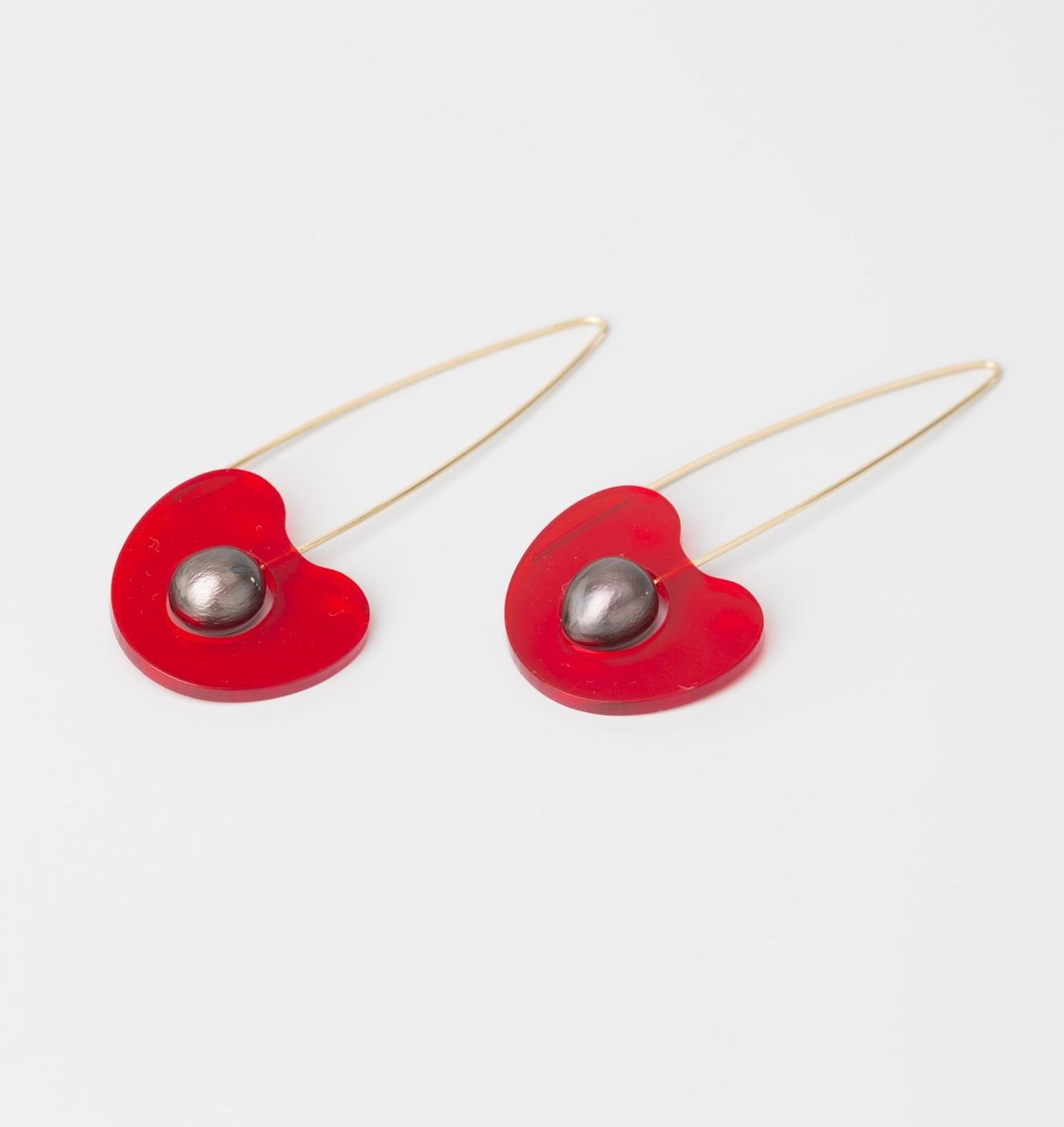 Cherry Cherry - Pendants d'oreille -  2017 - Perles noires, Or rose 750, Acrylique rouge transparent.jpg
