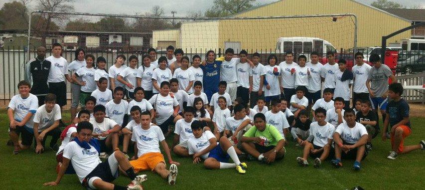 Victor con su grupo de jovenes en la cancha de futbol.