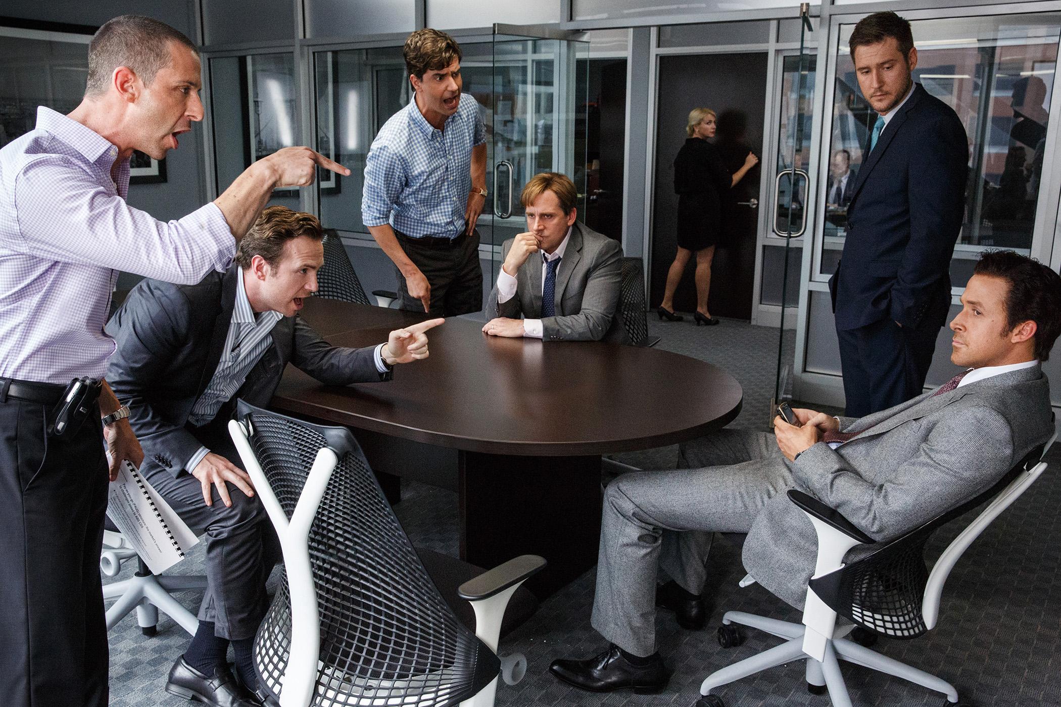 A Grande Aposta  Novamente com a dupla Carell&Gosling, esse é um irreverente relato da crise global de 2007. Com um figurino executivo bem composto por trajes, gravatas e afins, o filme do diretor Adam McKay (mesmo de Vice) também tem Christian Bale e Brad Pitt no elenco.