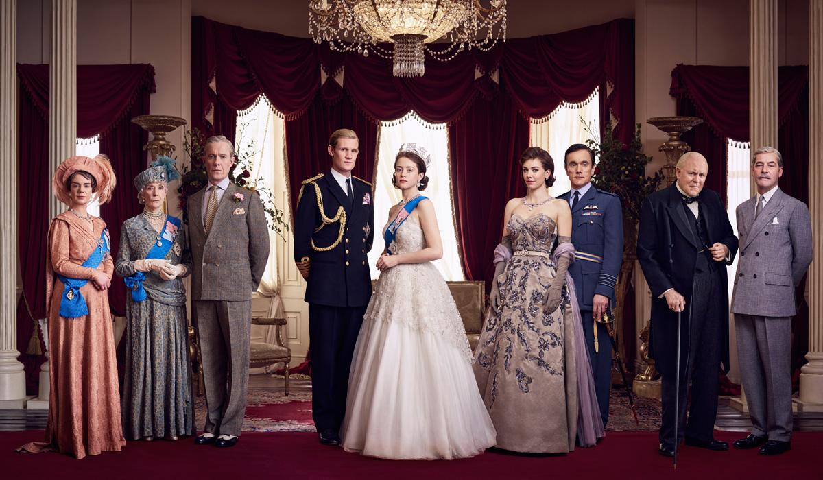 """The Crown  Praticamente um """"House of Cards"""" da coroa britânica, a série de (por enquanto) duas temporadas reconstrói o início do reinado da Rainha Elizabeth II. O figurino, claro, respeita as mais tradicionais regras da alfaiataria local com extrema qualidade."""